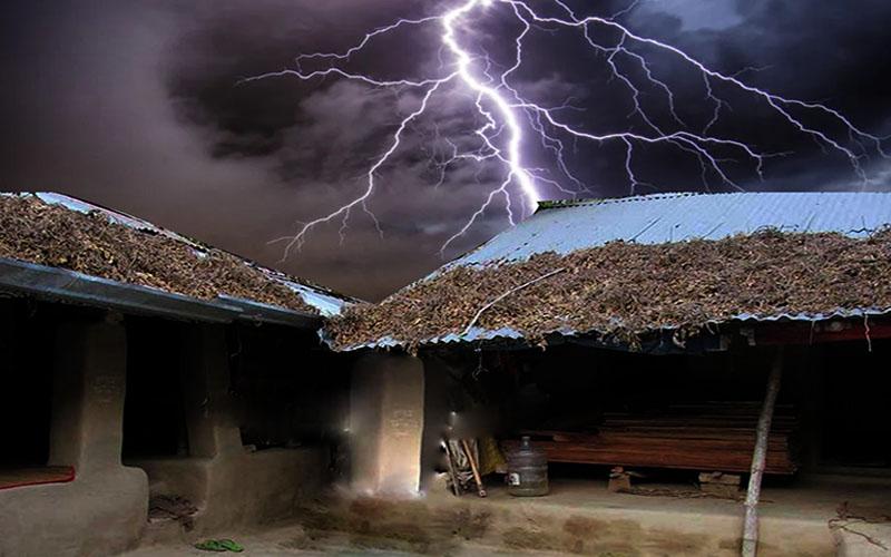 দরজায় বজ্রপাতে প্রাণ গেল ২৯ বছর বয়সী মুক্তার